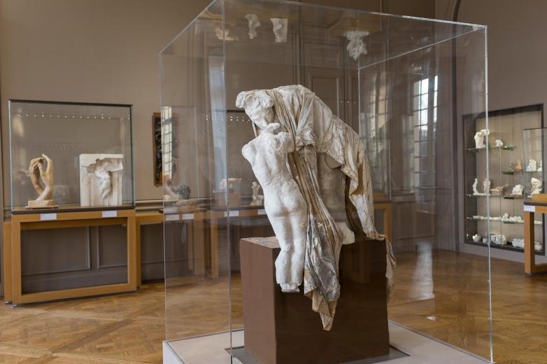 Absolución . Vista de la obra en la vitrina de la exposición , Museo Rodin . Paris.